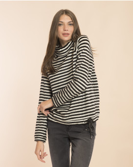 Black and white striped τοπ